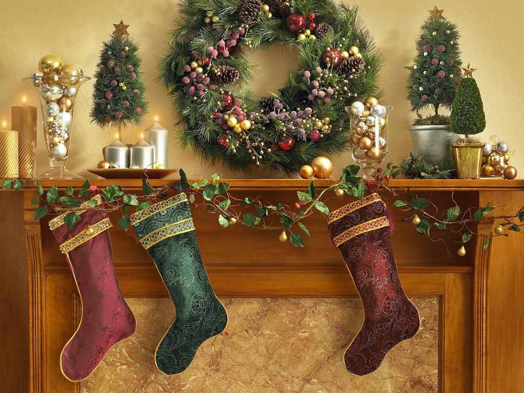 коледен венец и камина с чорапи