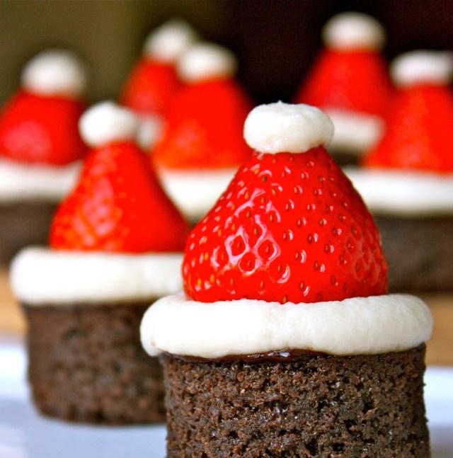 Коледна украса за коледната трапеза с брауни и ягода