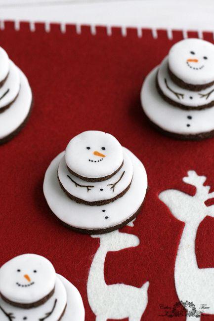 Коледна украса за коледната трапеза с коледни снжени човеци
