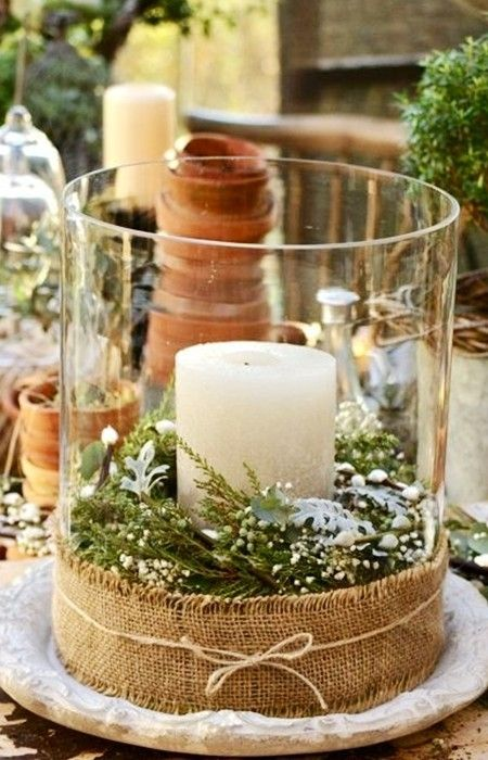 Коледна украса за маса със свещи във ваза
