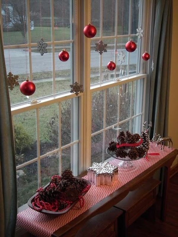 Коледна украса за маса до прозорец