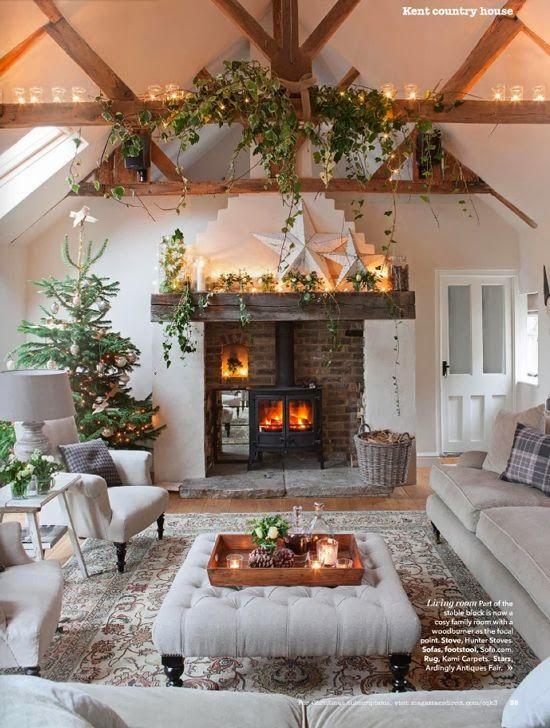 Коледна украса за къщата около камината