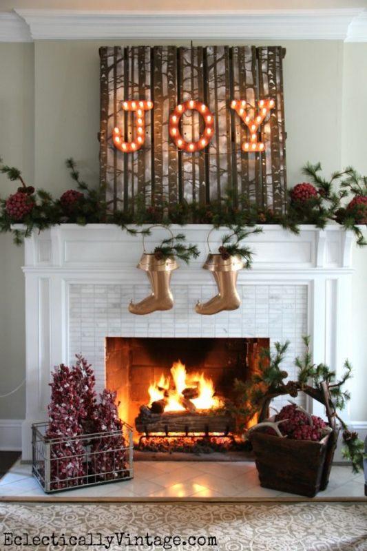 Коледна украса за къщата над камината