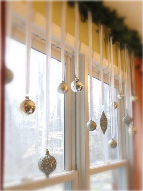 Коледна украса за къщата гирлянди на прозореца